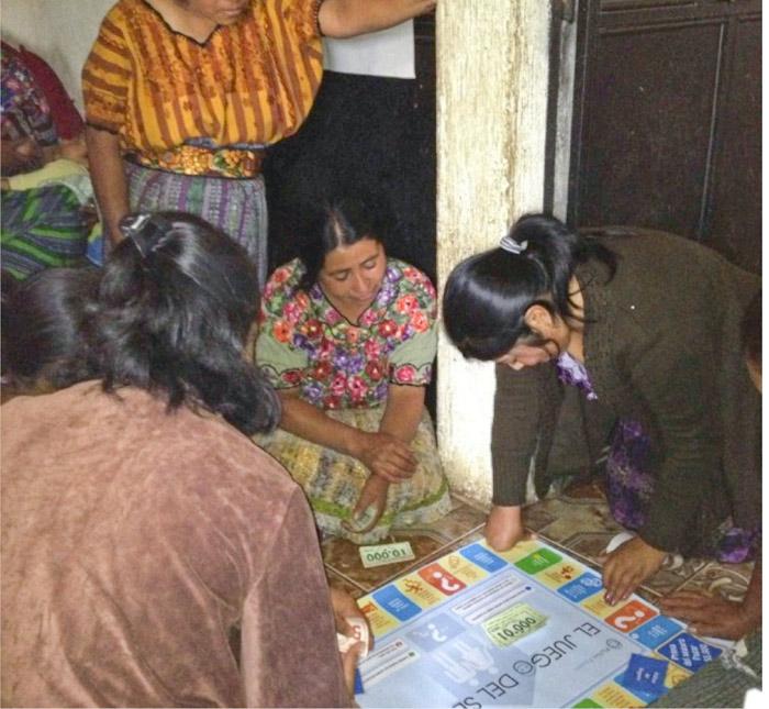 Kreditnehmerinnen-lernen-spielend-geschaeftlich-zu-denken_sm