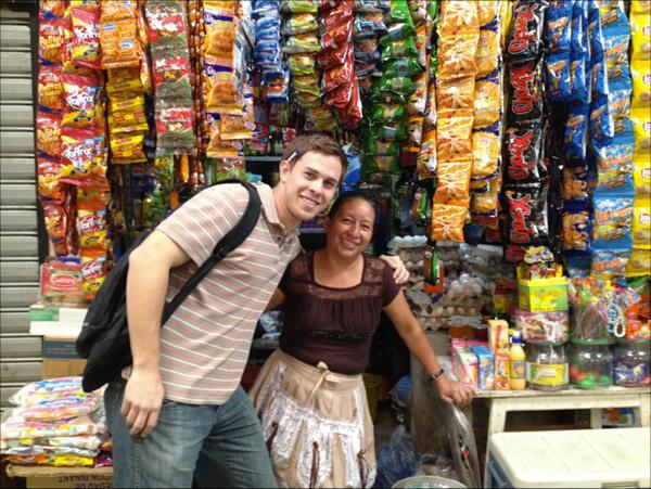 Matt mit einer Kreditnehmerin an ihrem Stand